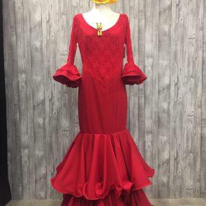 traje de flamenca con encaje en mangas.
