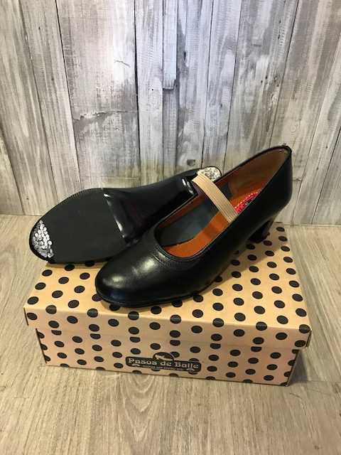 Zapatos de flamenca con clavos fabricado en polipiel con clavos.