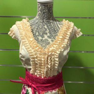 Camisa flamenca beige sin manga con bonito detalle de garrucha en su pecho espalda redonda y escote en pico y mangas ranglán