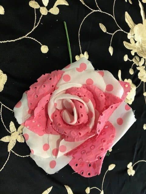 Flor de flamenca con lunares combinados sus pétalos en lunares y telas perforadas para darle un toque especial y original a tus atuendos flamencos