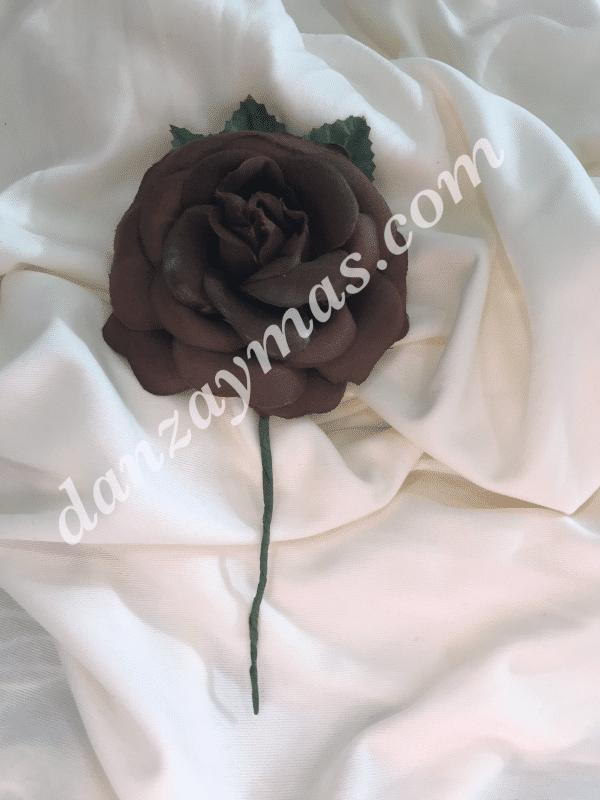 Flor flamenca pequeña fabricada en tela con tallo y hoja para colocar en tu pelo a juego con tus trajes de flamenca.