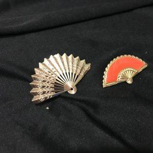 Broche flamenco abanico metalizado o esmaltado en oro.