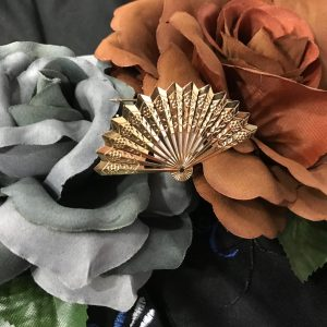 Broche flamenco abanico fabricados en metal dorado y pliegues simulando el mismo abanico