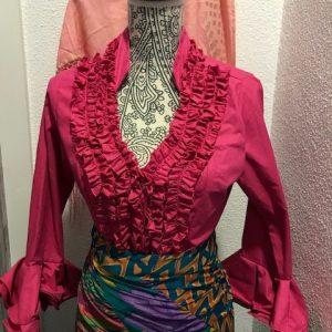Camisa flamenca fucsia con manga al codo y con volantes en ella