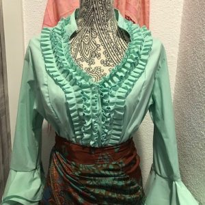 Camisa flamenca verde claro con manga al codo y con volantes en ella