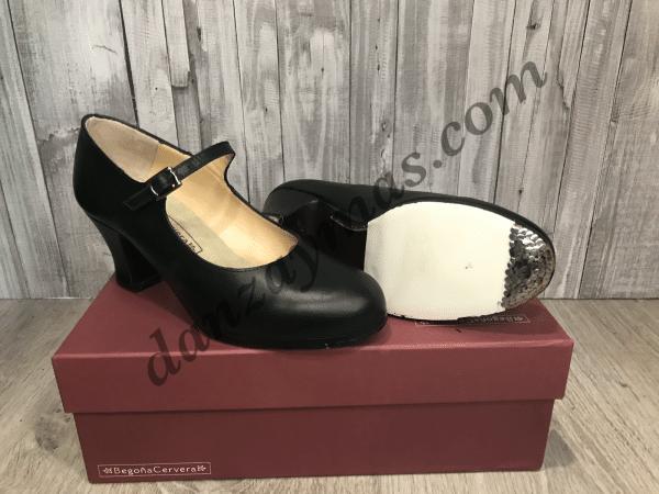 Zapatos de flamenco profesionales Begoña Cervera modelo correa con tacón tipo carrete de 7cm y correa con hebilla , clavos en punta y tacón.