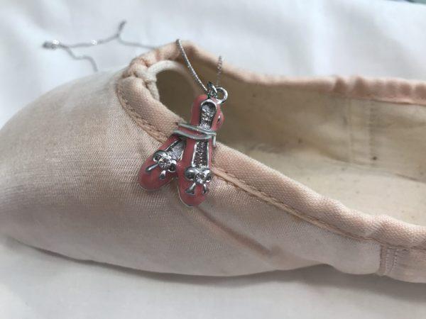Gargantilla con zapatillas de ballet atadas.