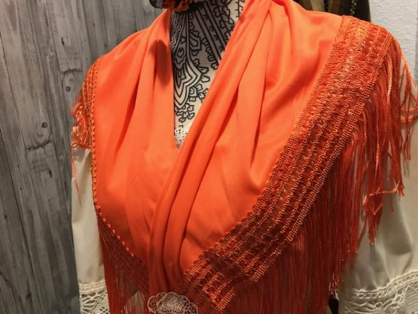 Mantoncillo pico de flamenca en colores que esta confeccionado en punto seda y flecos con jaretón ancho de importación en dos tamaños.