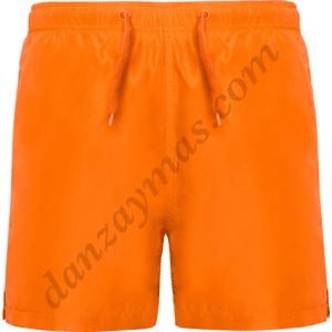 Bañador niño en naranja flúor confeccionado en tela de facil secado con dos bolsillos delanteros y uno trasero con velcro en la parte de atras