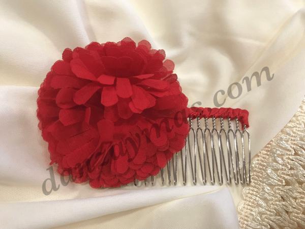 Peinecillo flamenco metalizado con flor tipo pompon en tela fina que te dará un toque muy original en tus fiestas flamencas.