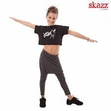 Pantalón Hip Hop Sansha 0145c en algodón muy cómodo que te permitirá cualquier movimiento a la hora de tus ensayos y actuaciones.Camiseta tipo top Sansha con graffiti en el pecho de chica saltando en fuxia en manga corta y cuello barca ,usalo en cualquier ocasión.