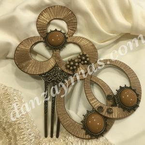 Conjunto de peineta y pendientes de flamenca forrados en raso tostado y piedra de igual color haciendo juego , un bonito complemento para tu atuendo .