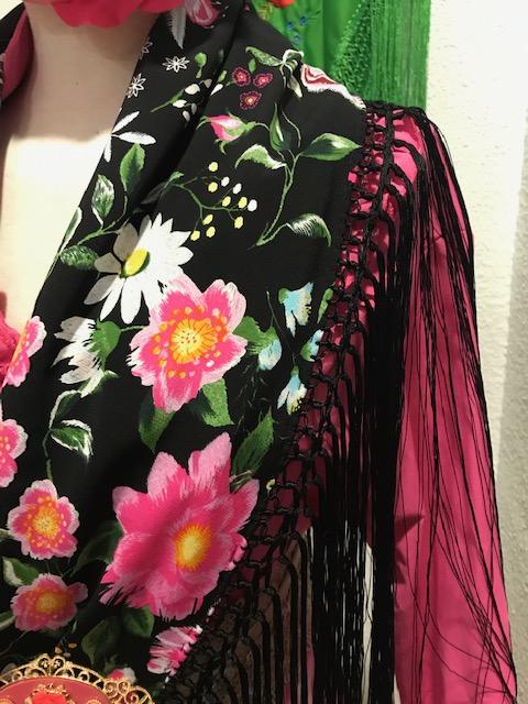 Mantoncillo flores de flamenca confeccionado en gasa estampada con colores alegres en fucsia