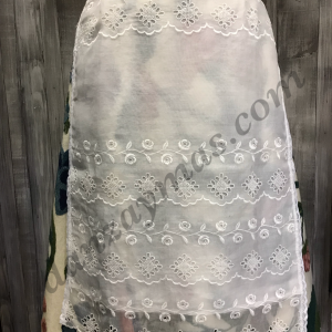 Delantales bordados de huertana en organza con bordados en hilo del mismo color blanco roto. Con forro