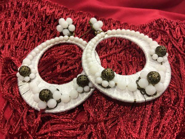 Pendientes de gitana con forma de aro y cubierto de cinta de raso y piedra del mismo color , blanco o negro