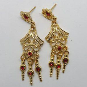 Pendientes traje regional Murciano en dorados con forma de lágrima y tres pendulos colgando con piedrecitas de color.