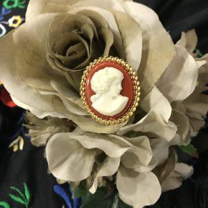 Broche camafeo dorado con imagen en marfil y fondo calabaza