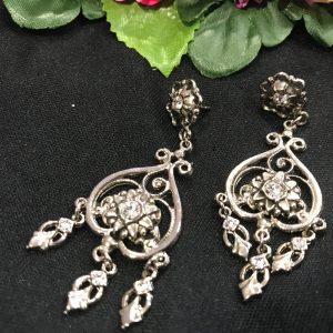 Pendientes de huertana en plata oxidada de bisutería y piedras brillantes y transparentes