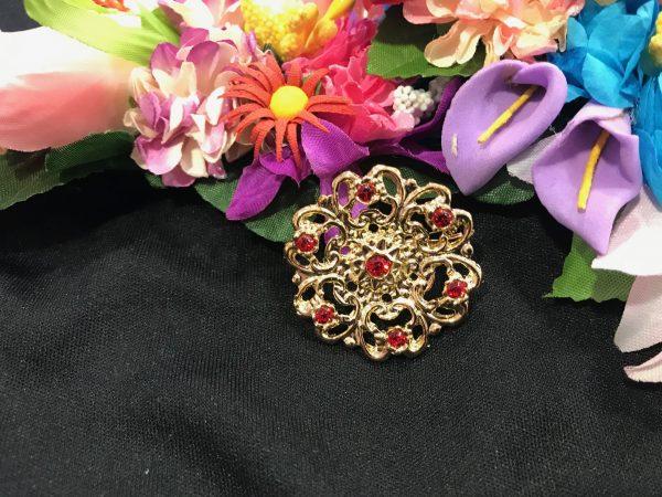 Broche redondo dorado con piedras a color para combinar con tu mantón