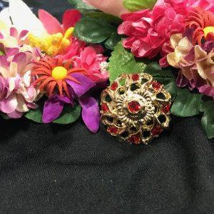 Broche dorado con piedras a color para colocar sobre tu mantón o solapa