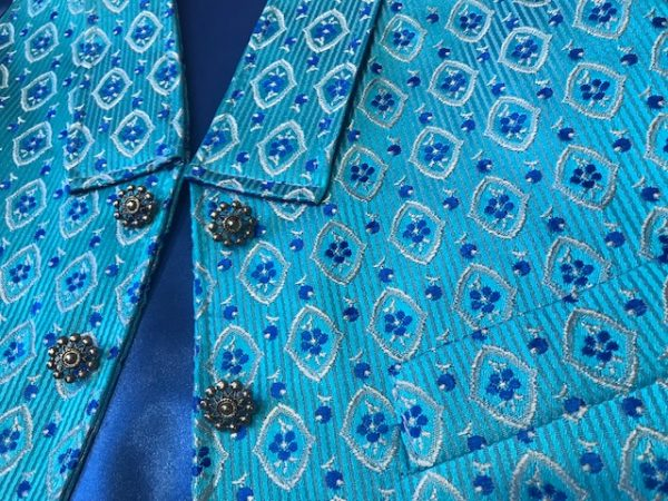 Chaleco huertano brocado azul con bolsillos y solapa en el pecho