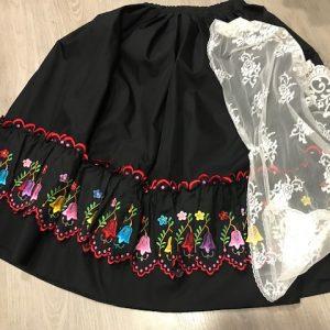 Refajo de verano negro para señora bordado a maquina con preciosas flores de colores