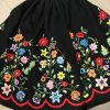 Refajo bordado a mano negro con preciosas ramas de flores en distintos tonos con lanas matizadas de diferentes colores en cada flor.