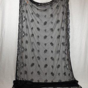 Mantilla negra blonda confeccionada en tul y rectangular para manola
