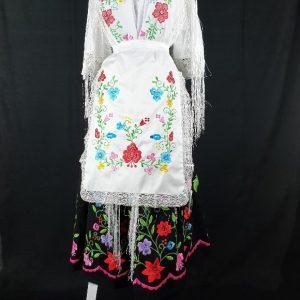 Delantal bordado huertana y pico a juego hecho a maquina con flores de colores sobre fondo blanco para señora