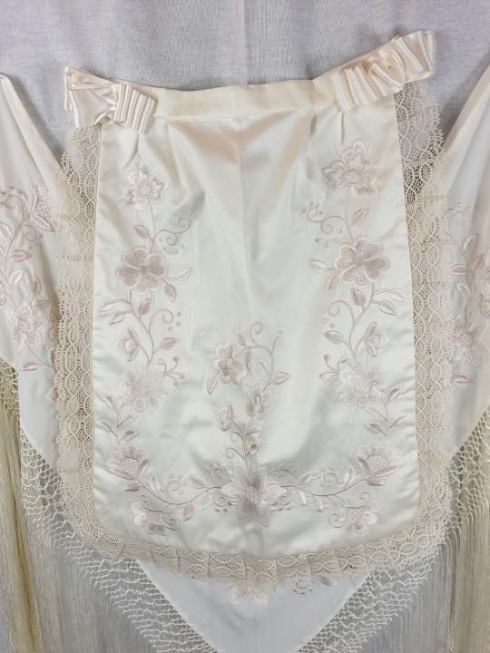 Pico y delantal de huertana adulta en color beige con flores bordadas en beige precioso!!! No dejes de entrar en la web para ver los trajes de huertana