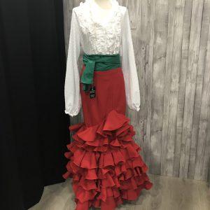 Falda rociera roja con seis volantes para encargar en la talla que desees, confeccionada en tejido streck con un movimiento espectacular