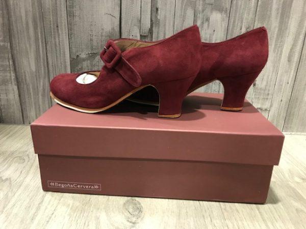 Zapatos flamenco tablas de la marca Begoña Cervera. Un zapato fabricado en ante burdeos con tacón carrete