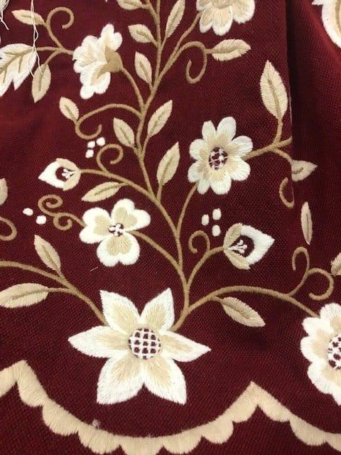 Refajo huertana granate señora confeccionado en lana acrilica bordado en lana beige y tostado matizado.