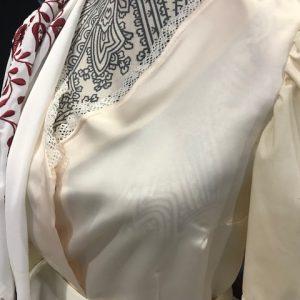 Corpiño de huertana beige de raso con mangas del mismo color en algodón, una bonita blusa que hace las veces de corpiño para el traje de huertana.
