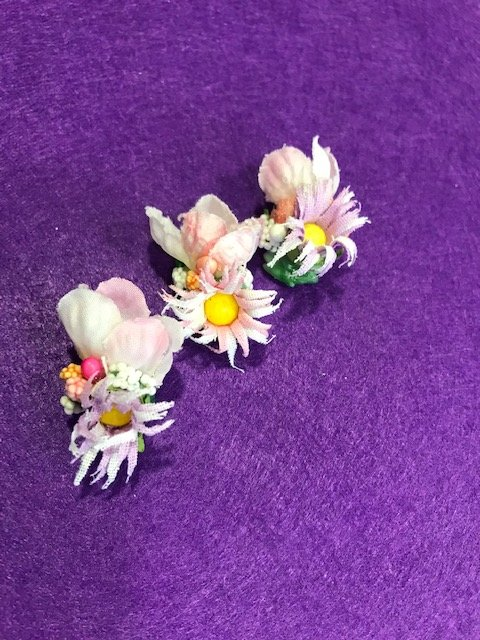 Tocado floral bebe compuesto por flores de papel y tela pequeñitas con clip para colocar en el pelo y terminar de adornar la indumentaria huertana de tu bebe.