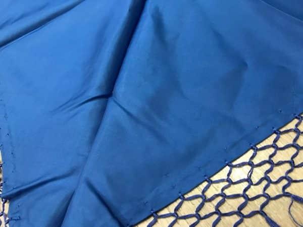 Mantón azulón con flecos bebe confeccionado en raso y flecado a mano