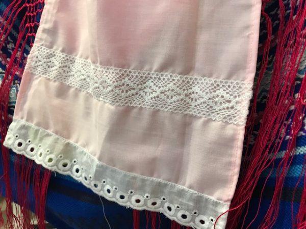 Delantal huertana rosa para niña con puntillas y entredós en blanco, modelo exclusivo confeccionado en danzaymas.com