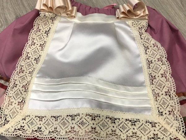 Delantal para huertana en raso color beige con puntillas del mismo color