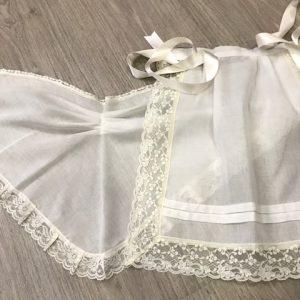 Juego de pañoleta y delantal de huertana para niña en tejido de hilo beige con puntillas del mismo tono