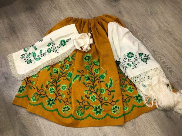 Juego delantal y pico huertana en beige bordadas sus flores en tonos verdes para que hagan la misma combinación entre si