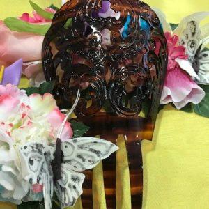 Peineta para traje regional con ondas en el filo y bonitos perforados en color concha plastificada