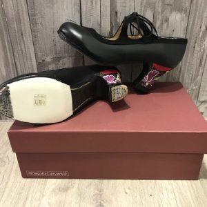 Zapatos Begoña Cervera negros con tacón pintado a mano con flores rosas