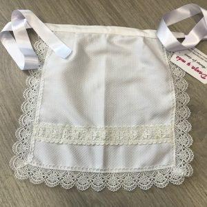 Delantal de huertana blanco para niña con puntillas y entre dos del mismo color