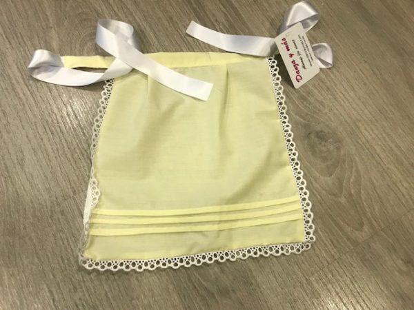 Delantal huertana amarillo para nila con tablitas y puntillas blancas