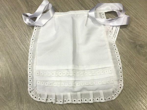 Delantal de huertana para niña en blanco confeccionado en piqué y puntillas