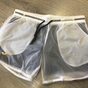 Pantalón short blanco de la marca Joma con malla interior en negro para mayor confort