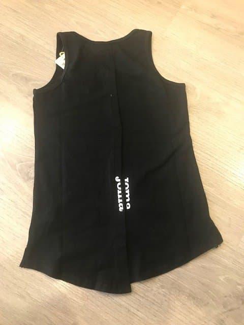 Camiseta deportiva mujer en tirantes con abertura en la espalda con botones en negra