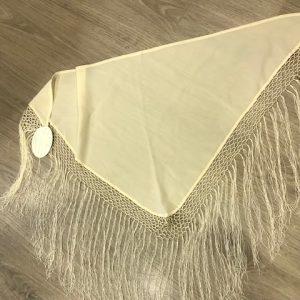 Manton pico beige niña con flecos cosidos a mano y confeccionado en raso