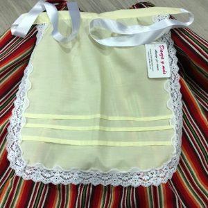 Delantal de niña amarillo huertana con puntillas en blanco y tablitas