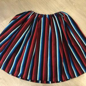 Refajo listas para niña en tonos rojos,azules,blancos y negros con el que podrás combinar cualquier color de delantal de huertana